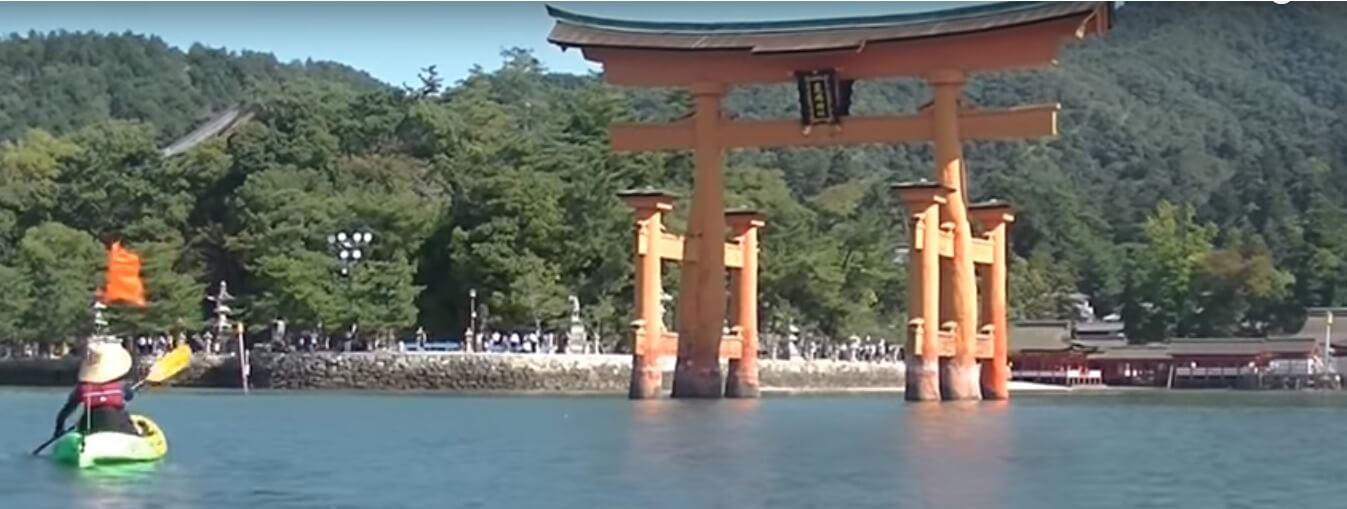 くーねるさんと厳島神社の鳥居